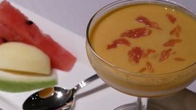 Bewegung des Mangopuddingnachtischs und -frucht innerhalb Shang Palace-Restaurants stock video