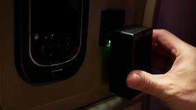 Bewegung des Mannes Ladegerät für das Aufladen seiner Kamerabatterie einfügend stock footage