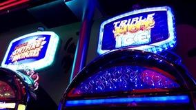 Bewegung des Spielautomaten mit den Lichtern, die in die Dunkelheit glühen stock footage