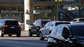 Bewegung des Verkehrsstroms in Hauptverkehrszeit stock video footage