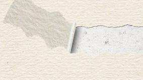 Bewegung des Zerreißens des braunen Papiers, das unterschiedlichen weißen Hintergrund aufdeckt lizenzfreie abbildung