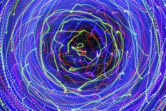Bewegung in einem Kreis Abstrakter dunkler Hintergrund mit hellem multi Lizenzfreie Stockfotografie