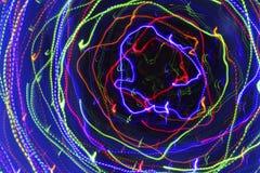 Bewegung in einer Spirale Abstrakter dunkler Hintergrund mit hellem multi Lizenzfreie Stockfotos