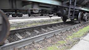 Bewegung eines Güterzugs Behälter auf Schienen Räder der Serie stock video