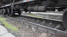 Bewegung eines Güterzugs Behälter auf Schienen Räder der Serie stock video footage