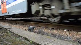 Bewegung eines modernen europäischen Zugs nahe einem Schienenschuß stock footage