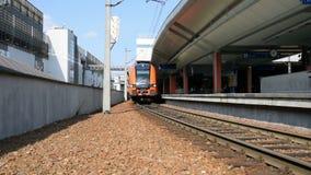 Bewegung eines modernen europäischen Zugs nahe einem Schienenschuß stock video footage