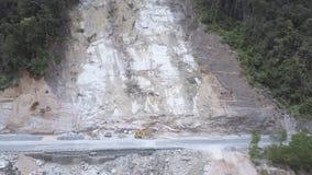 Bewegung entlang dem Berghang ruiniert während der Erdrutsche stock video