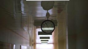 Bewegung entlang dem Korridor Uhrnahaufnahme stock video