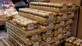 Bewegung Frau kaufender ferrero Schokolade innerhalb T&T-Supermarktes stock footage