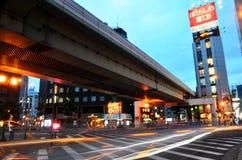 Bewegung geverwischt vom Fahrzeug auf der Straße mit Leuteweg-Kreuz ove Stockfotos