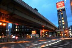 Bewegung geverwischt vom Fahrzeug auf der Straße mit Leuteweg-Kreuz ove Lizenzfreie Stockfotos