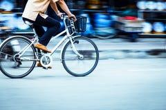 Bewegung geverwischt von einem Mannradfahrer Lizenzfreies Stockfoto