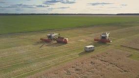 Bewegung nah an modernen Erntemaschinen durch Mehrzweckfahrzeug und LKW stock video footage