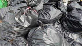 Bewegung um die Plastikabfalltaschen fügte den Stapel zusammen stock video footage