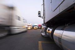 Bewegung und Parken von halb LKWs auf dem Fernfahrerrastplatz Stockfoto