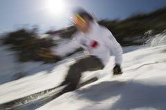 Bewegung unscharfes Bild eines sachverständigen Skifahrers. Stockfoto