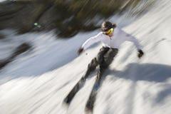 Bewegung unscharfes Bild eines sachverständigen Skifahrers. Lizenzfreie Stockfotos