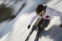 Bewegung unscharfes Bild eines sachverständigen Skifahrers. Stockbild