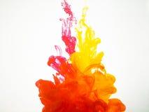 Bewegung von Acrylfarben im Wasser fotografiert während in der Bewegung Abstraktes Wirbeln der Tinte im Wasser Spritzen der Tinte Stockfotos
