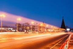 Bewegung von Autos auf dem Stadtplatz nachts lizenzfreie stockfotografie