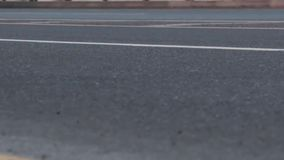 Bewegung von Autos auf der Asphaltstraße stock video