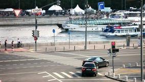 Bewegung von Autos und von Schiffen in der Stadt auf den Straßen und den Flüssen von Moskau stock video footage