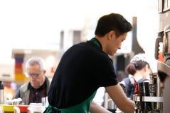 Bewegung von barista Kaffee für Kunden machend Lizenzfreie Stockbilder