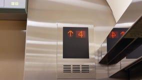Bewegung von den Leuten, die Aufzug von drei bis Boden sieben nehmen