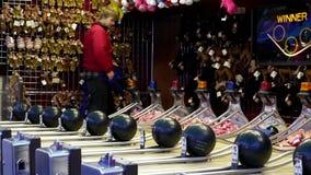 Bewegung von den Leuten, die Bowlingspielkarnevalsspiel spielen stock video footage