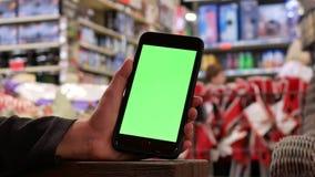 Bewegung von den Leuten, die grünes Schirmtelefon halten stock video