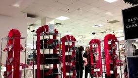 Bewegung von den Leuten, die innerhalb des Malls mit Geschenkverpackungs-Anzeigeneinzelteil kaufen stock video