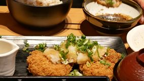 Bewegung von den Leuten, die Nahrung mit Familie innerhalb des japanischen Restaurants essen stock video footage