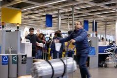 Bewegung von den Leuten, die Produkt am Eigentest entgegengesetzt innerhalb Ikea-Speichers auszahlen stockfoto