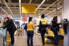 Bewegung von den Leuten, die Produkt am Eigentest entgegengesetzt innerhalb Ikea-Speichers auszahlen lizenzfreies stockbild