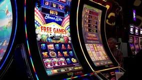 Bewegung von den Leuten, die Spielautomat- und Gewinn-hohen Preis spielen stock video footage