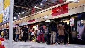 Bewegung von den Pendlern, die in und aus dem MRT an der Plattform erhalten stock video