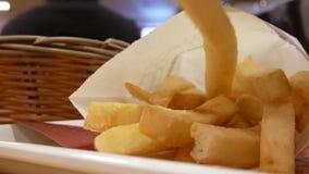 Bewegung von Fleisch fressenden Fischrogen auf Tabelle am Gastronomiebereich stock video