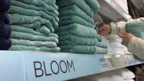 Bewegung von kaufenden Tüchern der Frau Handinnerhalb des Superstore stock video footage