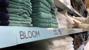 Bewegung von kaufenden Tüchern der Frau Handinnerhalb des Superstore stock footage