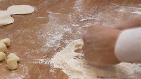 Bewegung von Leuten kneten den Teig vor gemacht zu werden ihr, Mehlklöße stock video