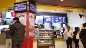 Bewegung von Leuten richten für Einrichtungslebensmittel an McDonalds-Kasse aus stock footage