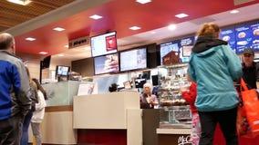 Bewegung von Leuten richten für Einrichtungslebensmittel an McDonalds-Kasse aus stock video footage