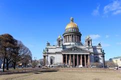 Bewegung von Wolken über Kathedrale St. Isaacs in St Petersburg Lizenzfreie Stockfotos