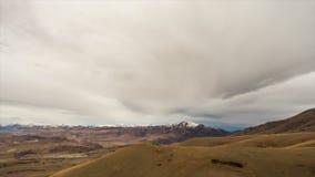 Bewegung von Wolken am bewölkten Tag über den Bergen Sonnenaufgang, Herbst stock footage