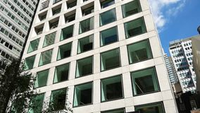 Bewegungsansicht 432 Park Avenue zum Gebäude stock video