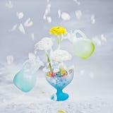 Bewegungsblumenblätter und zwei frei schwebende Flaschen. Lizenzfreie Stockfotografie