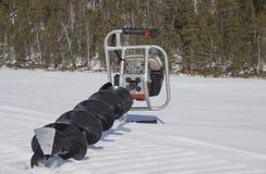 Bewegungsbohrger?t f?r die Fischerei im Schnee lizenzfreie stockfotos