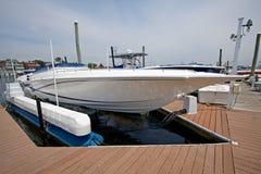 Bewegungsboot koppelte im Jachthafen an. Lizenzfreies Stockbild