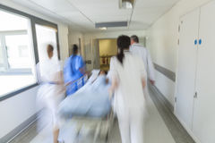 Bewegungsunschärfe-Bahren-Rollbahre-Kindergeduldiger Krankenhaus-Notfall Stockfoto